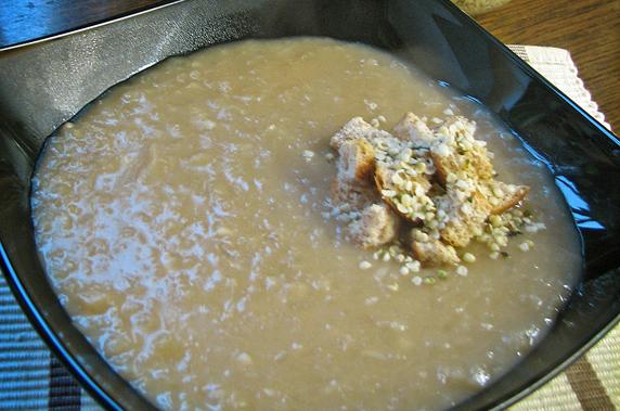 Dišeča francoska čebulna juha