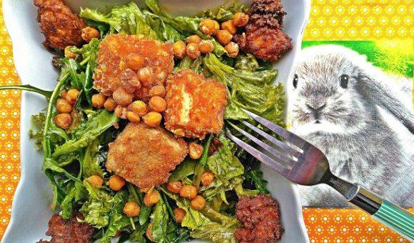 Tofujevi koščki v koruzni panadi na solati
