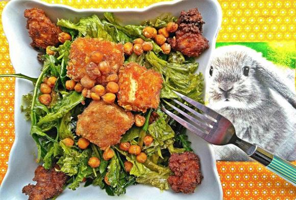 "Tofujevi koščki v koruzni panadi (oblečeni ""nageci"") na solati"